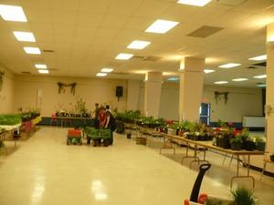 Marché horticole2008   - Cette année, les donateurs se sont surpassés, nous permettant un extraordinaire assortiment de plantes de belle qualité.  Merci à tous! -  Prise par Nicole Sanschagrin