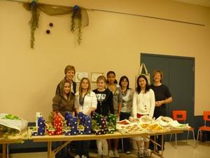 Marché horticole2008   - Les gagnantes du concours régional des projets d'entreprise scolaire.  Elles sont venues vendre leurs réalisations, accompagnées de Madame Denise Arsenault. -   -  Prise par Nicole Sanschagrin